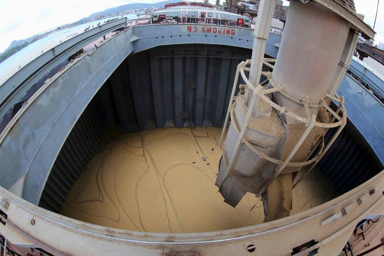 Carregamento de soja em navio chinês no porto de Santos