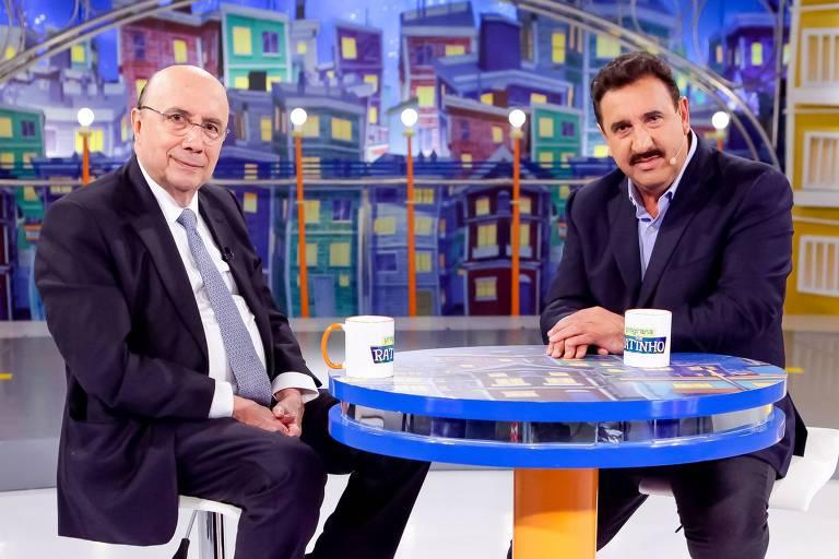 O ministro Henrique Meirelles e o apresentador Ratinho no estúdio do programa posam para foto