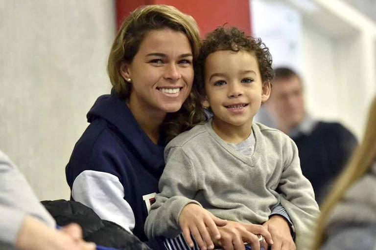Tamires, lateral da seleção brasileira de futebol, com o filho, Bernardo, de 8 anos