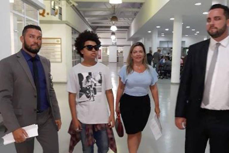 Com a mãe, JP Rufino foi à delegacia de crimes de internet no Rio