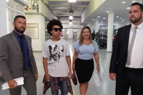 O ator mirim JP Rufino foi à delegacia de crimes de internet, no Rio, nesta segunda-feira (19), e prestou queixa depois de sofrer ataque racista em uma rede social, no último sábado. Ele estava acompanhado da mãe, Martha Christina, e de dois advogados. DIREITOS RESERVADOS. NÃO PUBLICAR SEM AUTORIZAÇÃO DO DETENTOR DOS DIREITOS AUTORAIS E DE IMAGEM