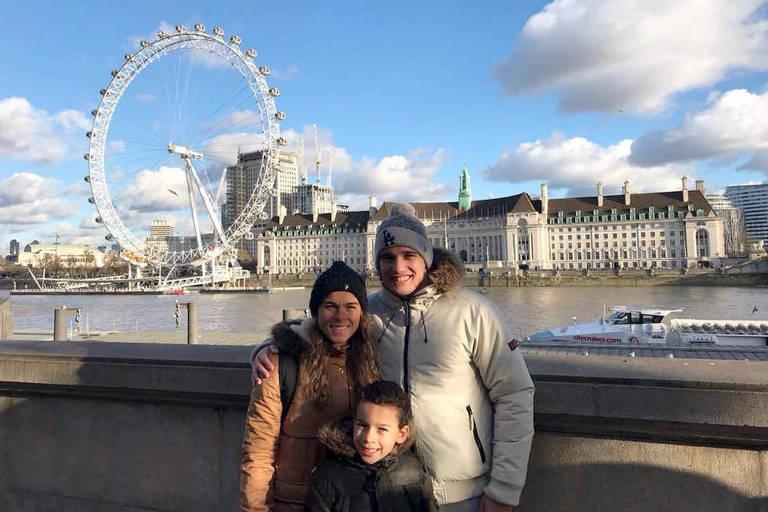 Tamires, jogadora da seleção de futebol feminino, posa com o marido, César, e o filho, Bernardo