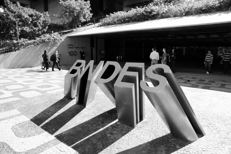 Logomarca do BNDES (Banco Nacional de Desenvolvimento Econômico e Social), em frente a prédio da instituição, no Rio de Janeiro