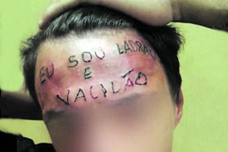 Ruan Rocha da Silva, em cena de vídeo gravado por homens que tatuaram a sua testa