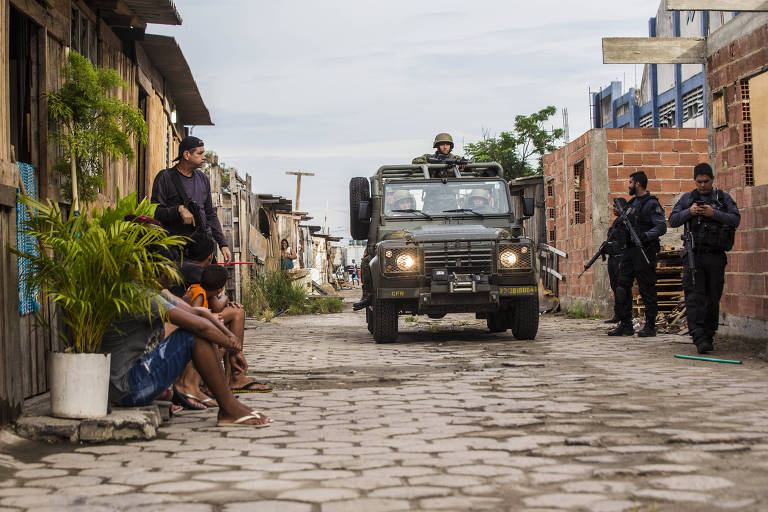 Homens das Forças Armadas ocupam a comunidade Kelson's, na zona norte do Rio