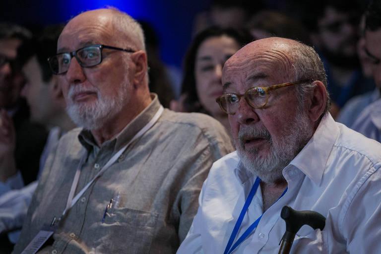"""Os jornalistas Clóvis Rossi, à esquerda, e Ricardo Kotscho assistem ao debate """"Curti, não curti: jornalistas nas redes sociais"""""""