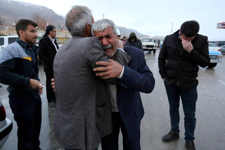 Familiares de passageiros do voo EP3704 choram após receberem informações sobre a queda