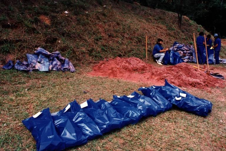 Exumação de ossadas de presos políticos encontradas em vala comum no Cemitério Dom Bosco, em Perus