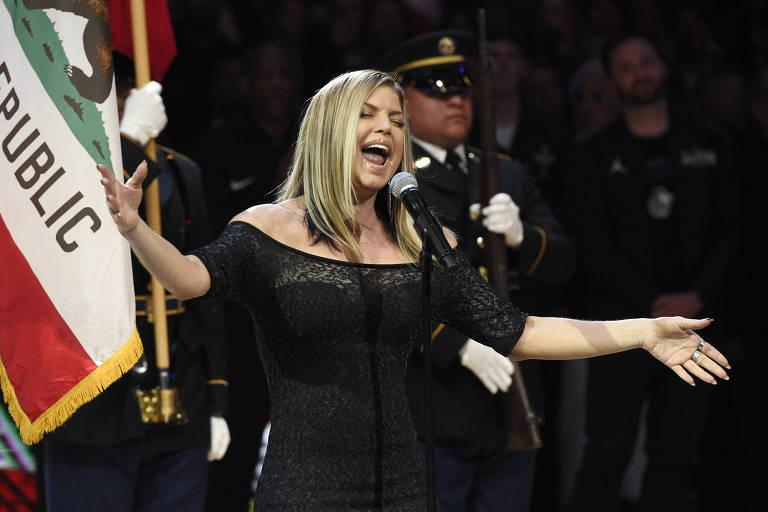Fergie se apresentou no jogo das estrelas da NBA neste domingo (18)