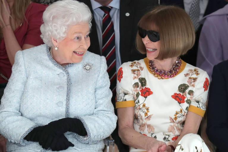 Rainha Elizabeth assiste a desfile ao lado da editora-chefe da Vogue, Anna Wintour