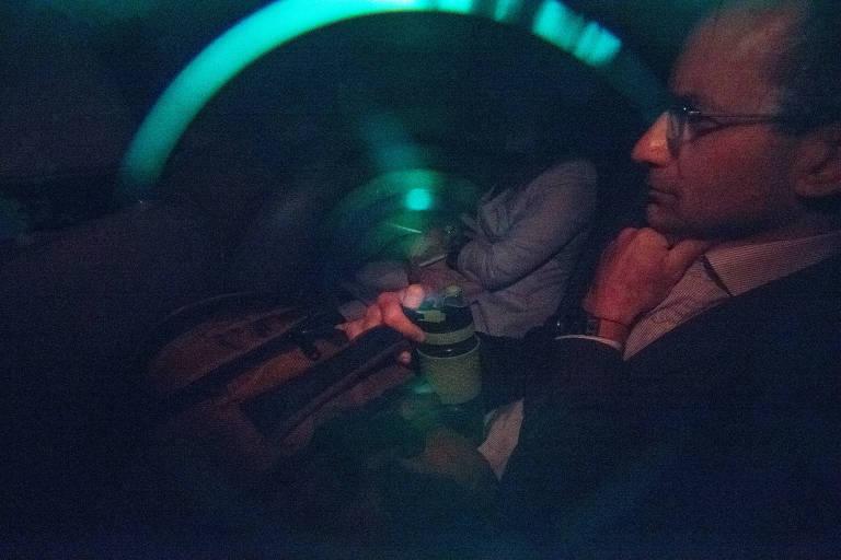 Imagem mostra o ex-presidente da Odebrecht, Marcelo Odebrecht, dentro do carro, deixando a Justica Federal em Curitiba em dezembro, após colocar tornozeleira eletrônica