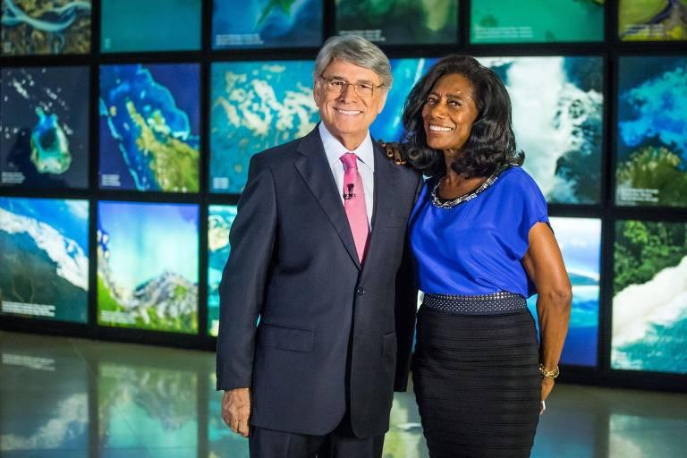 Sergio Chapelin e Glória Maria no palco do Globo Repórter