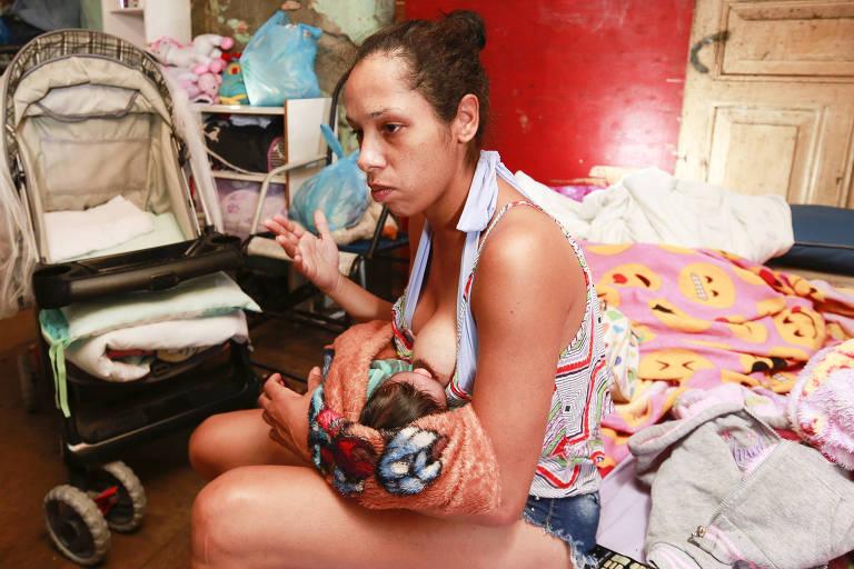 Jéssica Monteiro, 24, com o filho em sua casa