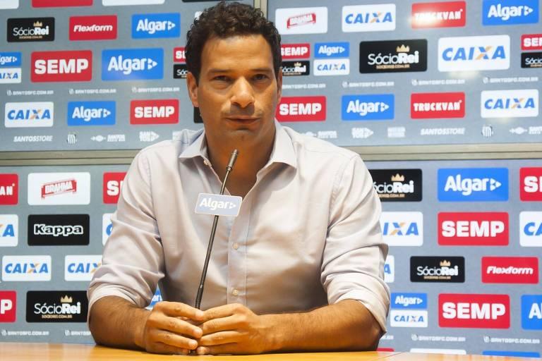 Gustavo Vieira concede entrevista na sala de imprensa do CT Rei Pelé, em Santos