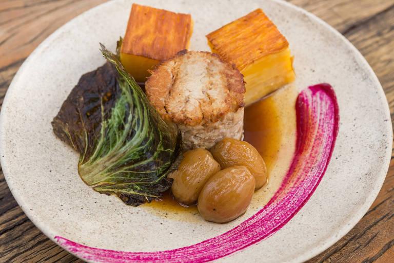 Papada de porco com mil-folhas de mandioca, acelga e molho de laranja, que despertou polêmica no preço no restaurante Glouton, de Leonardo Paixão, em Belo Horizonte