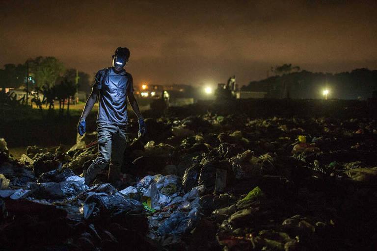 Catadores  no lixão municipal da cidade de Peruíbe, litoral norte de São Paulo
