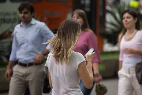 SAO PAULO - SP - 14.10.2013 - Pessoas utilizam telefone celular na avenida Paulista. Moda nos EUA, o
