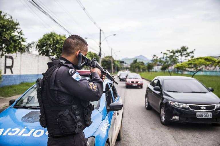 Policial militar para veículos na zona norte do Rio, em fevereiro