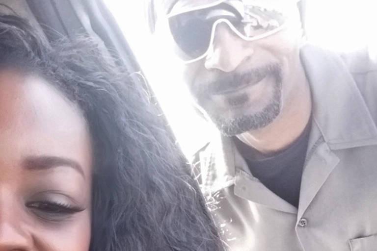Snoop Dogg ajuda motorista com carro quebrado em rodovia movimentada