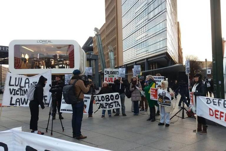 Brasileiros fazem pró-Lula e Dilma em Potsdamer Platz, em Berlim