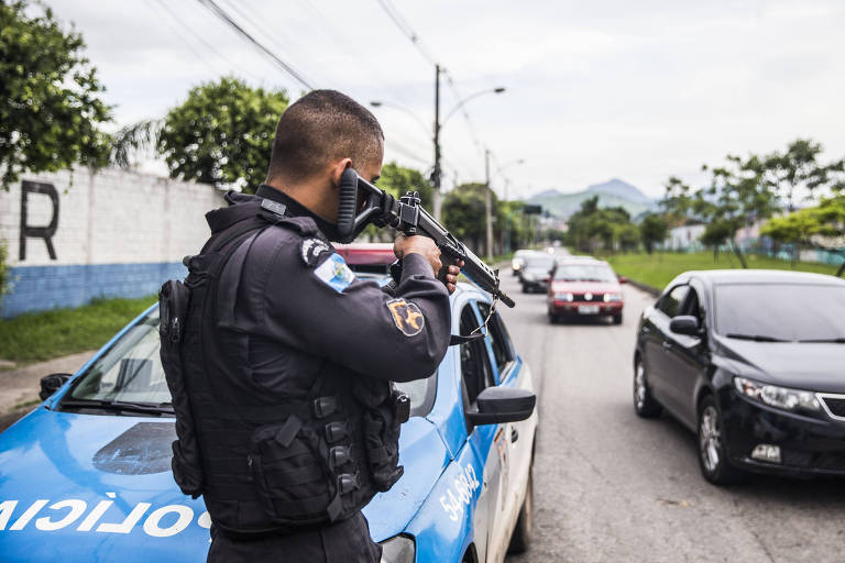Policial militar para veículos na av. Pastor Martin Luther King Jr, zona norte do Rio