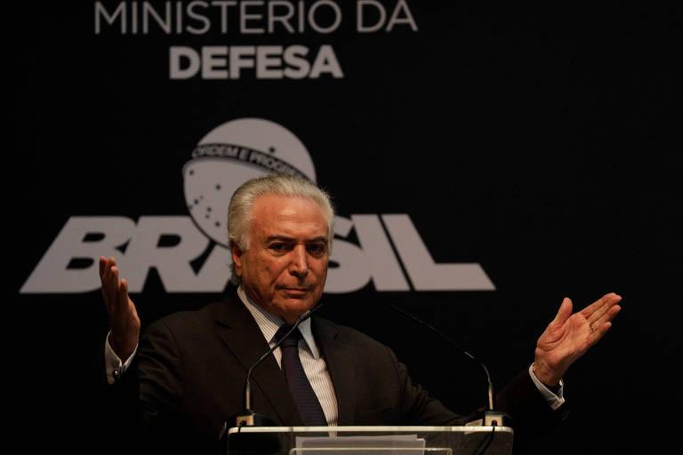 Presidente Temer gesticula ao falar em evento em complexo naval perto do Rio de Janeiro na última terça