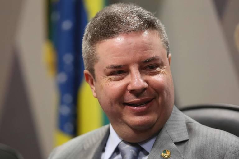 O senador Antonio Anastasia de terno cinza e com um leve sorriso