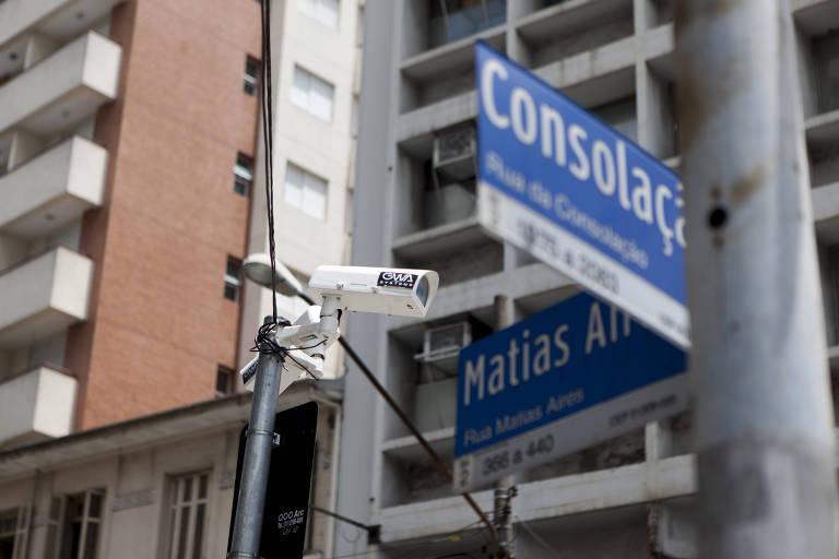 Poste da CET com câmera irregular na esquina das ruas da Consolação e Matias Aires, onde o estudante Lucas Antônio Lacerda da Silva morreu eletrocutado