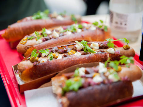 Criação do chef Jefferson Rueda, o Hot Pork tem salsicha artesanal de porco, picles de cebola-roxa e pepino, maionese de limão, catchup de tomate com maçã e mostarda fermentada com tucupi