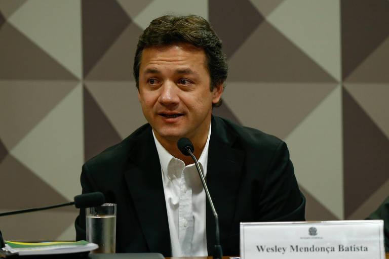 O ex-presidente da JBS, o empresário Wesley Batista, falando ao microfone numa mesa da CPMI da JBS