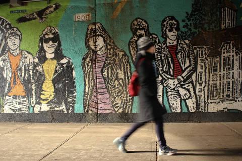 Forest Hills, NY, 19.12.2017: Transeunte em frente ao Grafite da Banda Ramones em rua de Forest Hills (Foto: Vanessa Vandoni/Folhapress, EDITORIA) ***EXCLUSIVO FOLHA*** DIREITOS RESERVADOS. NÃO PUBLICAR SEM AUTORIZAÇÃO DO DETENTOR DOS DIREITOS AUTORAIS E DE IMAGEM