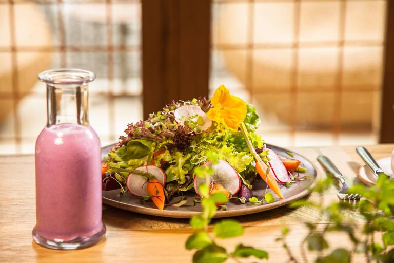 Salada da horta da fazenda Bananal (Paraty), com molhos de mostarda com laranja, iogurte com hortelã e ervas frescas, acompanhada de suco cremoso de abiu roxo