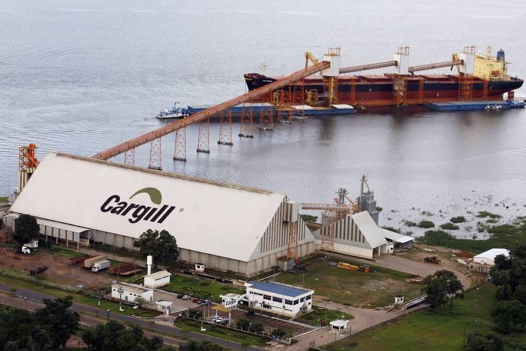 Navio suíço é carregado de soja em terminal em  Santarém (AP)
