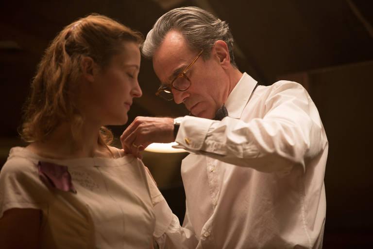 Vicky Krieps e Daniel Day-Lewis em cena de Trama Fantasma, de Paul Thomas Anderson