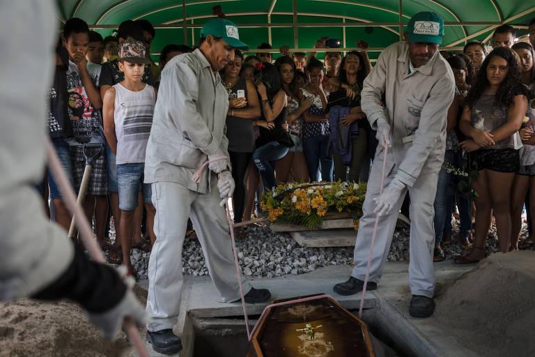 Enterro de jovem de 16 anos assassinado em Caruaru (PE)