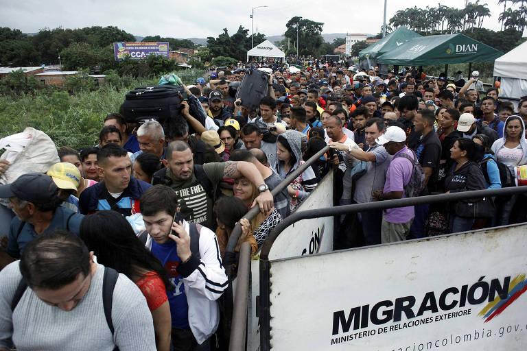 Venezuelanos formam fila para tentar cruzar a fronteira com a Colômbia pela ponte internacional Simón Bolívar, em Cúcuta