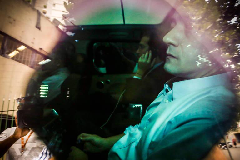 O empresário Wesley Batista dentro de um carro, vestindo camisa branca, chega para depor na Justiça Federal, em São Paulo.
