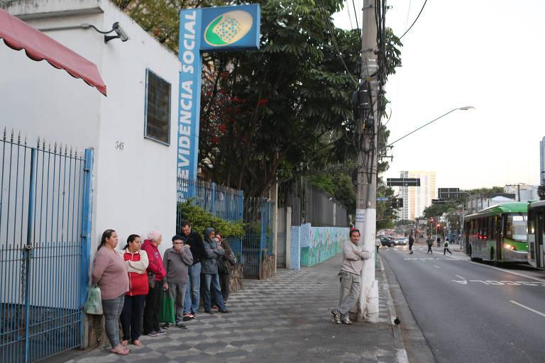 Segurados do INSS aguardam em fila em posto na zona oeste de São Paulo