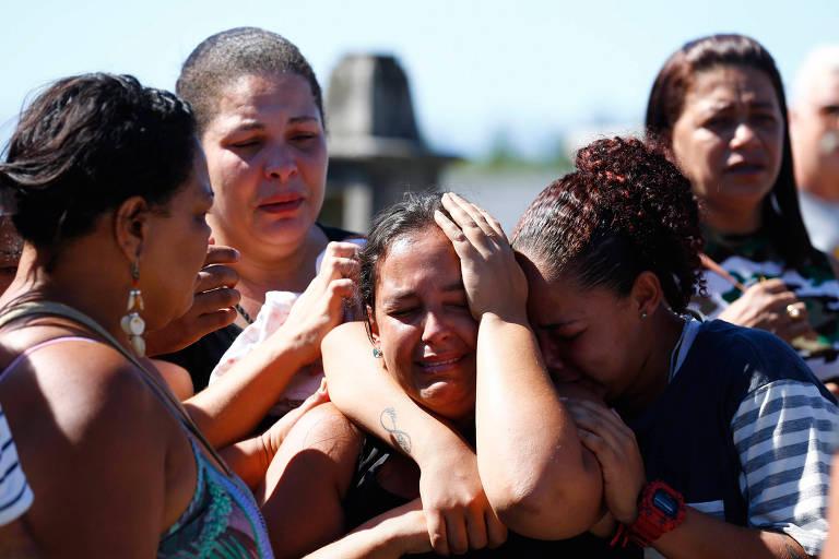 Enterro após ação policial no Complexo do Salgueiro, em São Gonçalo (RJ), em novembro de 2017