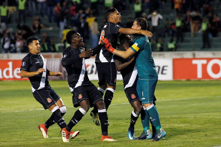 Jogadores do Vasco comemoram a última defesa de pênalti praticada por Martín Silva contra o Jorge Wilstermann