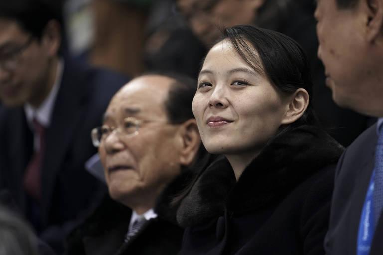 Kim Yo-jong (centro), ao lado do chefe de Estado da Coreia do Norte, Kim Yong-nam, durante a apertura da Olimpíada