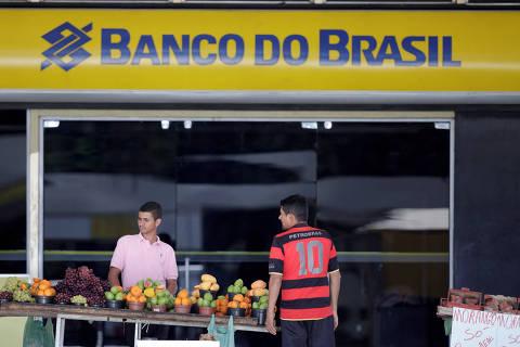 FILE PHOTO: Street vendors are seen in front of a Banco do Brasil branch in Brasilia, Brazil, September 6, 2017. REUTERS/Ueslei Marcelino/File photo ORG XMIT: BRA101
