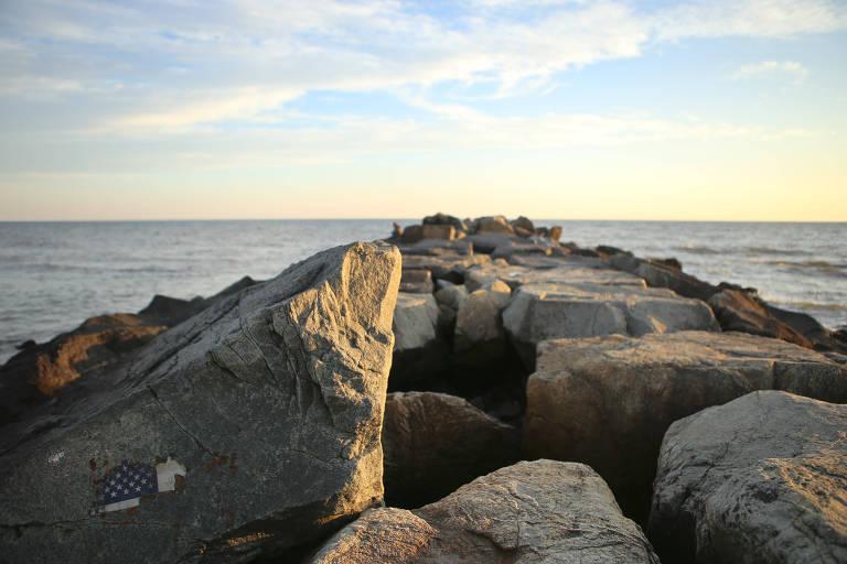 Bandeira americana em pedra da praia de Rockaway