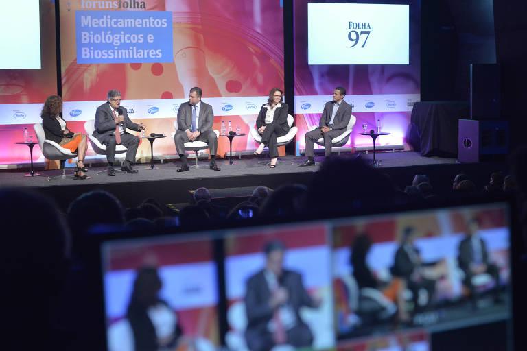 A jornalista Cláudia Collucci, Antônio Britto, da Interfarma, Eduardo Calderari, da Roche, Sílvia Storpirtis, da USP, e Varley Dias Sousa, da Anvisa