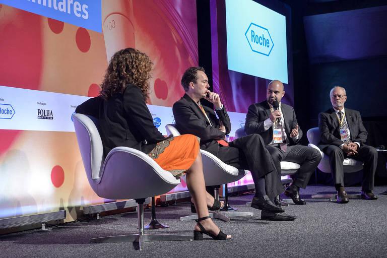 A jornalista da Folha Cláudia Collucci, Rodrigo Silvestre, do Ministério da Saúde, Ronaldo Dias, da Alfob, e Reginaldo Arcuri, do Grupo FarmaBrasil