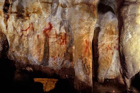 La Pasiega, section C. Cave wall with paintings. The scalariform (ladder shape) composed of red horizontal and vertical lines (centre left) dates to older than 64,000 years and was made by Neanderthals. Credit: P. Saura DIREITOS RESERVADOS. NÃO PUBLICAR SEM AUTORIZAÇÃO DO DETENTOR DOS DIREITOS AUTORAIS E DE IMAGEM