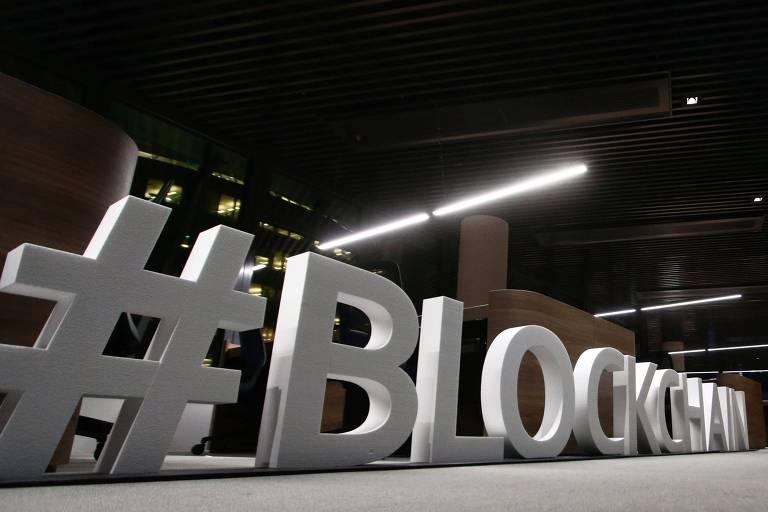 """Letras gigantes formam a palavra """"blockchain"""" no Blockchain Centre, na Lituânia"""