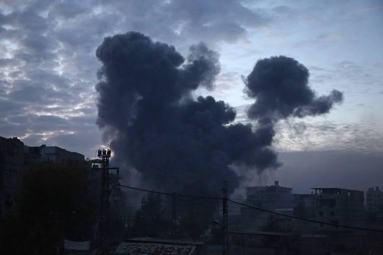 Fumaça sobe dos edifícios após um bombardeio em Kafr Batna, na região de Ghouta, no sul da capital da Síria