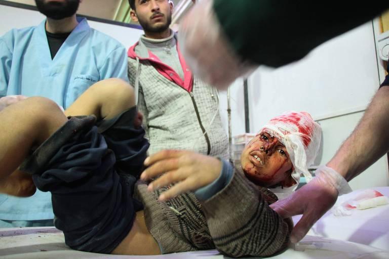 Menino sírio ferido recebe tratamento em um hospital em Douma