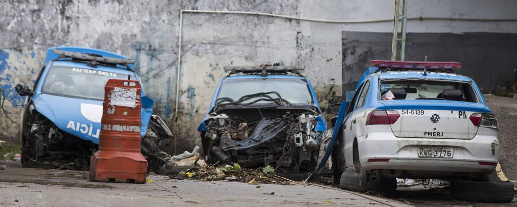 Três veículos da PM do Rio em situação precária estacionados no pátio de batalhão